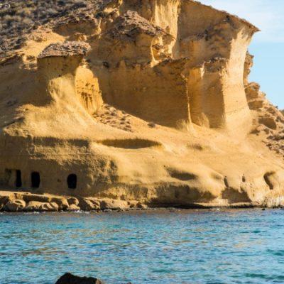 La plage de Los Cocedores de Pulpí, une belle enclave avec de curieuses grottes