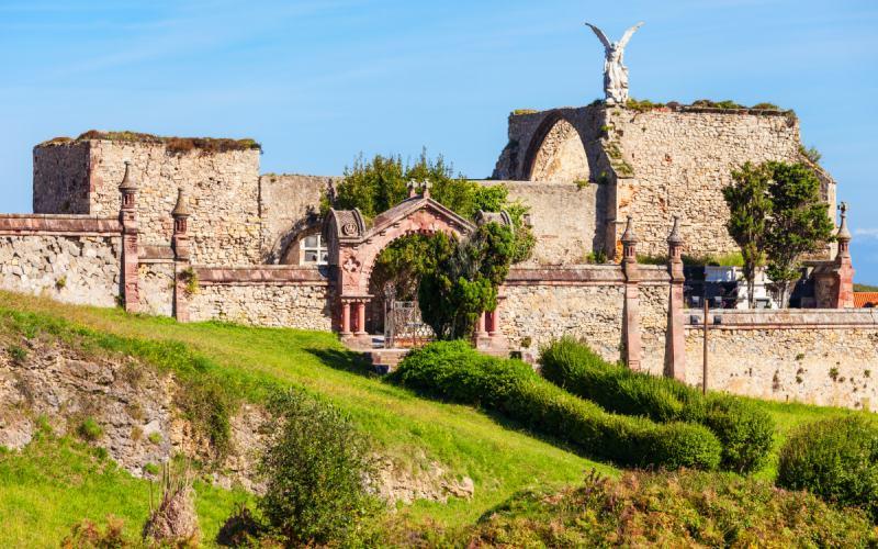 Extérieur du cimetière gothique de Comillas
