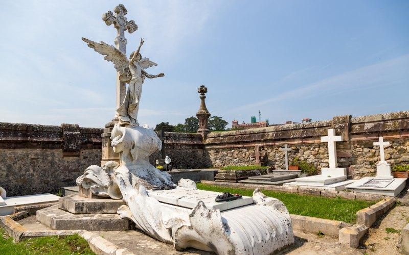 L'Ange exterminateur de Llimona surveillant les tombes et les mausolées