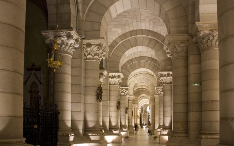 Détail des colonnes de la crypte de la cathédrale de l'Almudena