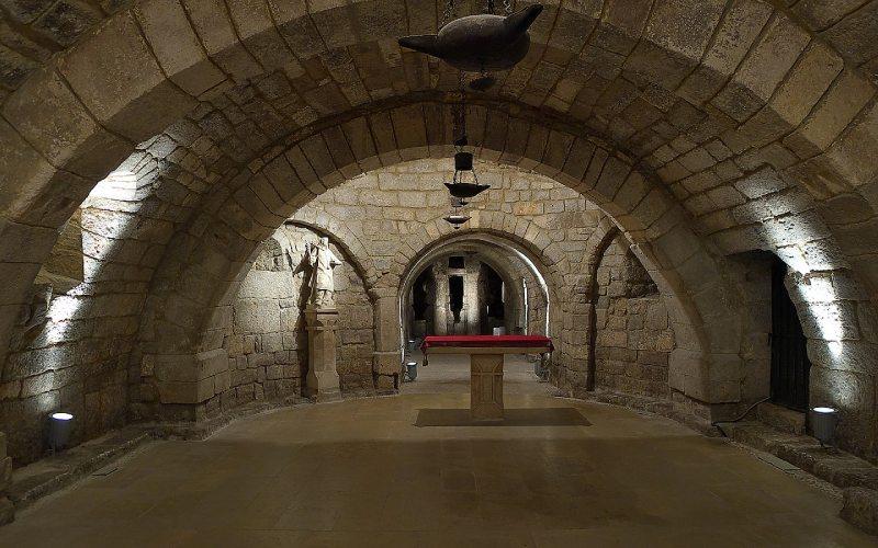Intérieur de la crypte de San Antolín dans la cathédrale de Palencia