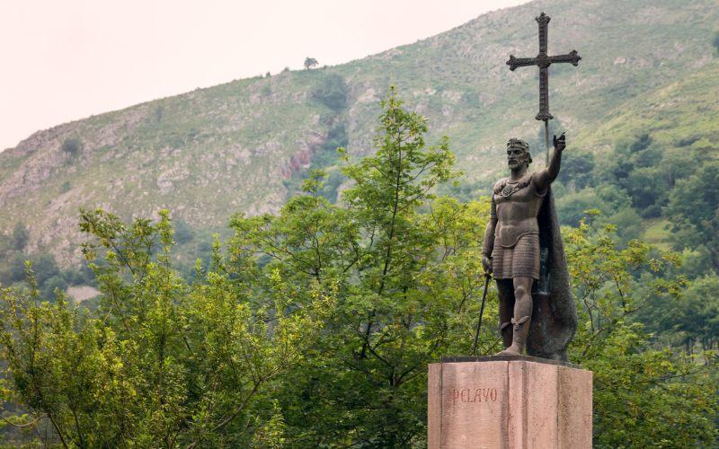 Statue en bronze du roi Don Pelayo, à Covadonga