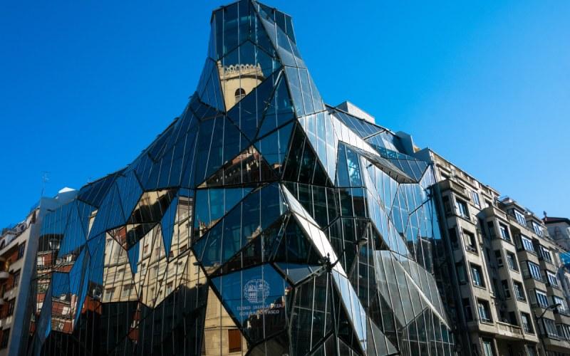 Le Siège de l'Osakidetza reflète dans ses cristaux aux alentours de Bilbao