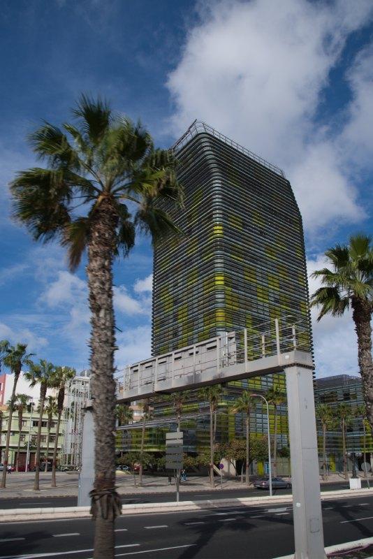 La Tour Woermann est dans l'isthme de La Isleta, entre la plage de Las Canteras et le Puerto de Las Palmas