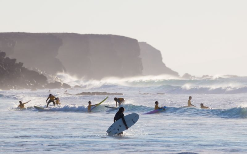 Surfeurs à Piedra Playa à El Cotillo