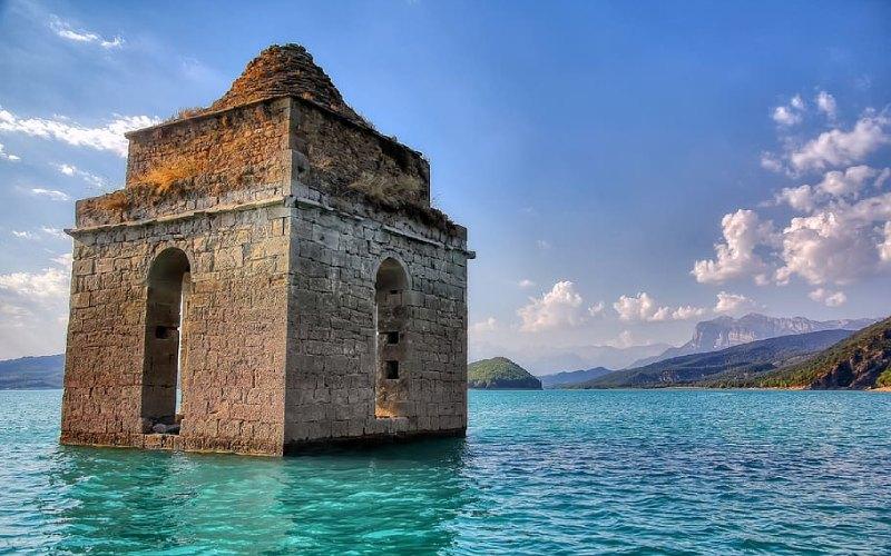 La tour Mediano à Huesca, immergée dans l'eau