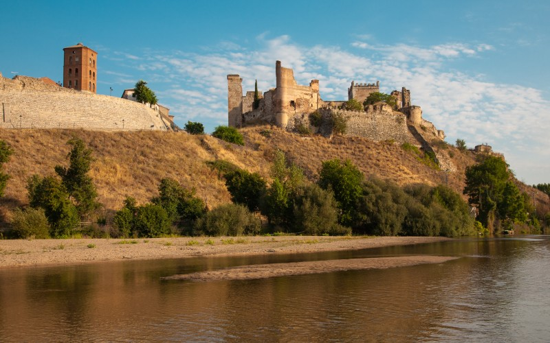 Château médiéval sur les rives de la rivière Alberche, Escalona