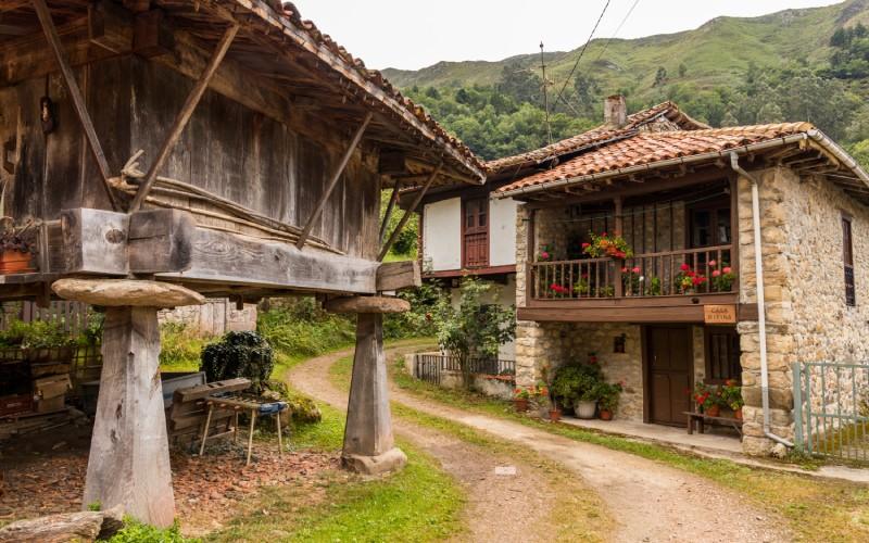 À Espinaréu, vous pouvez voir les horreos asturiens classiques