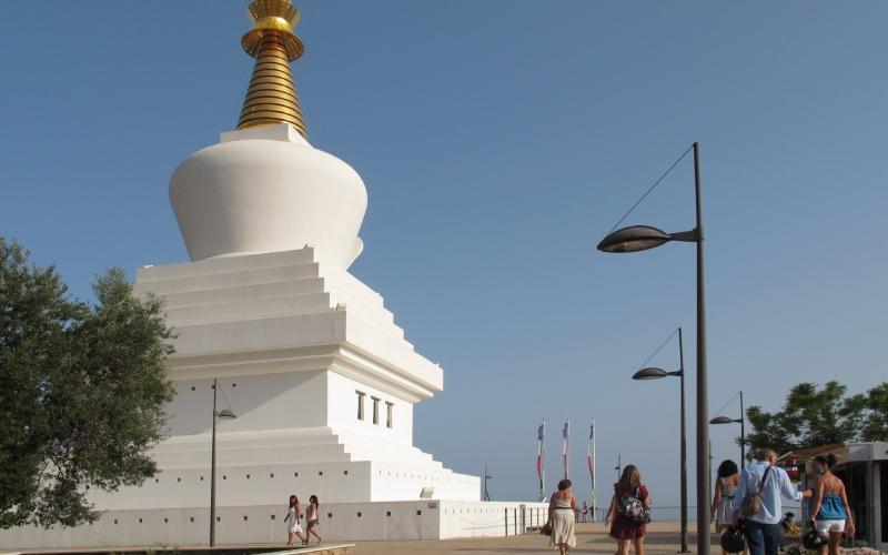 De nombreux visiteurs viennent au Stupa pour contempler les vues de la Costa del Sol