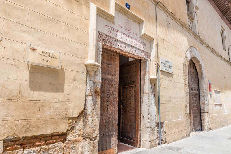 Façade néoclassique de l'hôpital d'Antezana