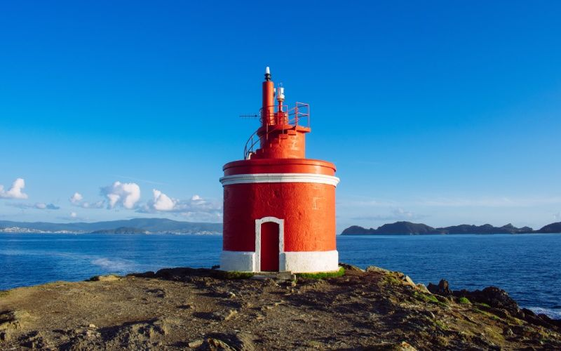 Le phare de Punta Robaleira, avec sa couleur rouge frappante