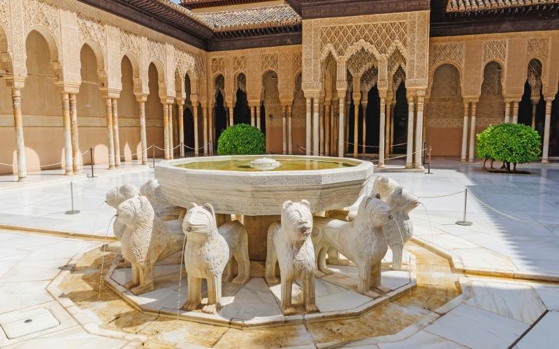 Gros plan de la fontaine mythique qui donne son nom au Patio de los Leones, à l'intérieur de l'Alhambra