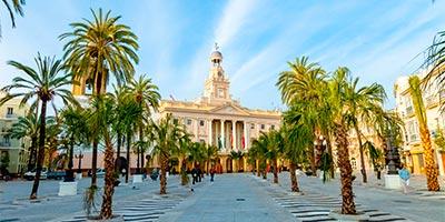 Ayuntamiento y plaza de la Catedral en Cádiz