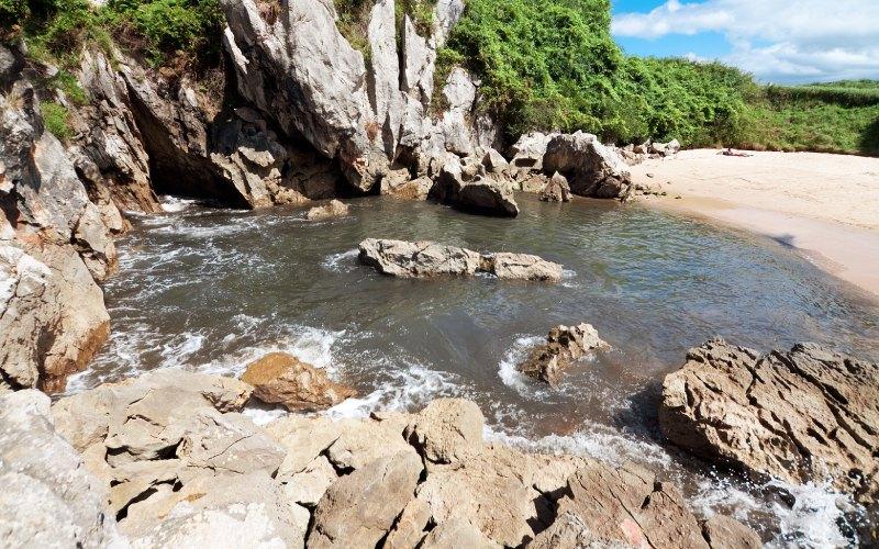 La mer se faufile entre les rochers de la plage de Gulpiyuri