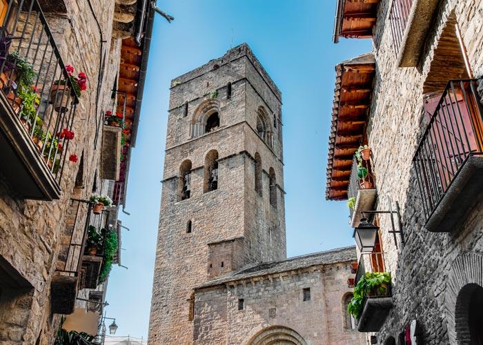 Torre de la Iglesia Parroquial de Santa María y casas típicas de Aínsa