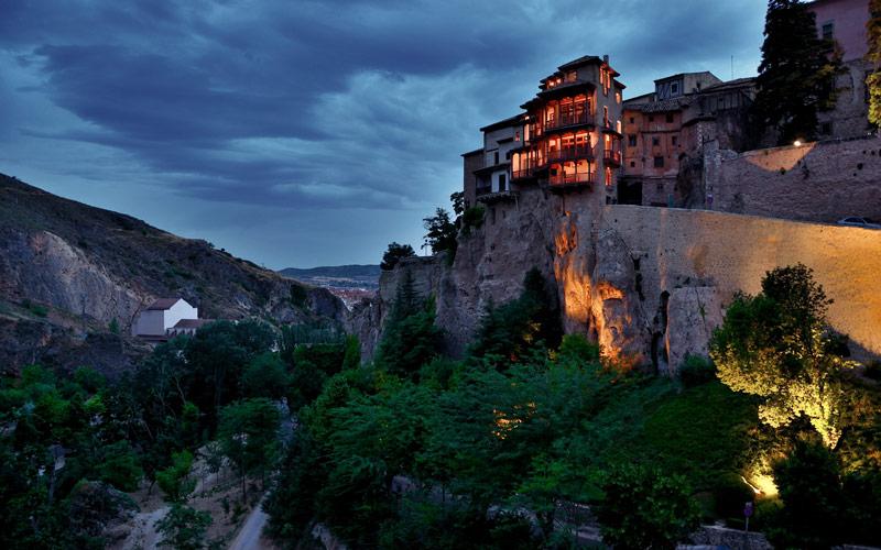 Les maisons suspendues de Cuenca la nuit