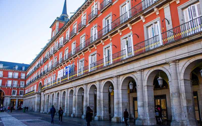 Boutiques dans les couloirs de la Plaza Mayor de Madrid