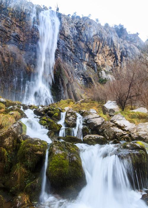 Vue de la base de la cascade