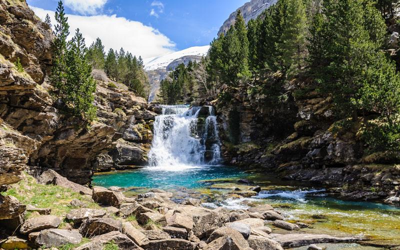 Cascade dans la Vallée d'Ordesa dans les Pyrénées Aragonaises