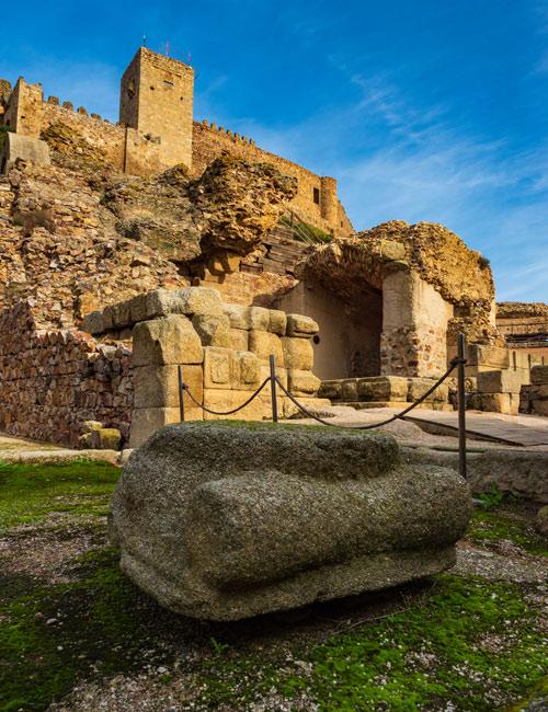 Statue romaine au théâtre. On peut y voir le château
