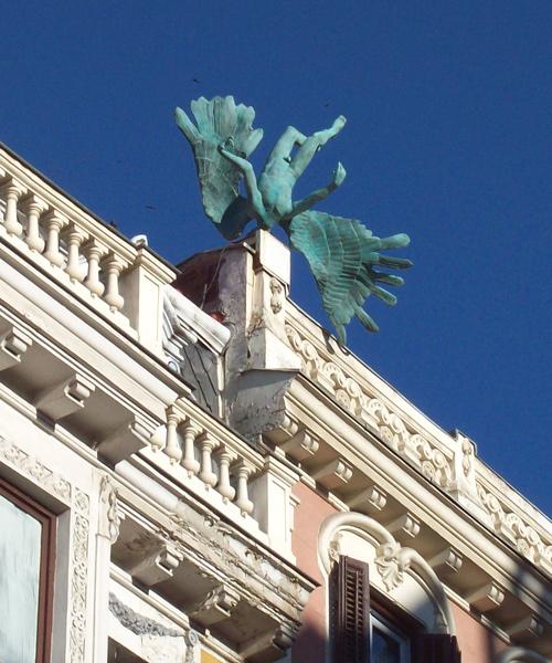 """""""L'accident aérien"""" d'un ange dans les rues de Madrid"""