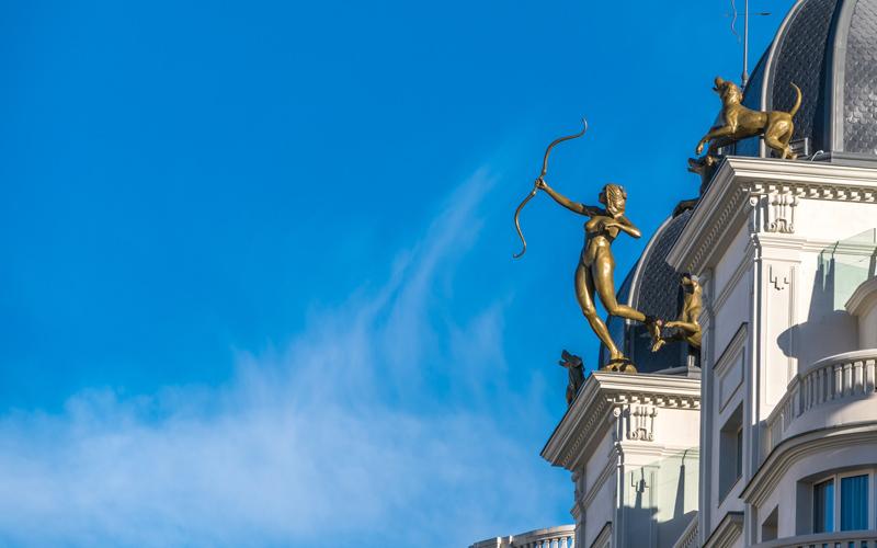 Diane chasseresse avec sa meute dans le ciel de Madrid
