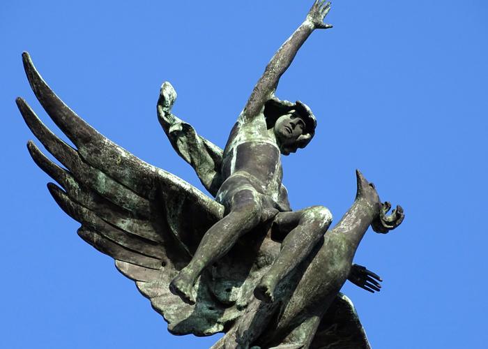 Sculpture de l'oiseau et Ganymède ou de l'oiseau Phénix sur la Grande Vía 32
