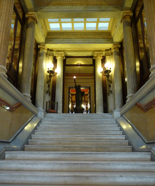 Grand escalier de marbre