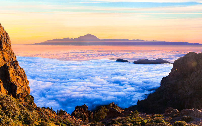 Roque Nublo dans la Grande Canarie avec Tenerife au fond