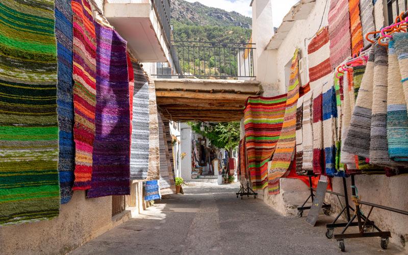 Jarapas dans les rues de Pampaneira