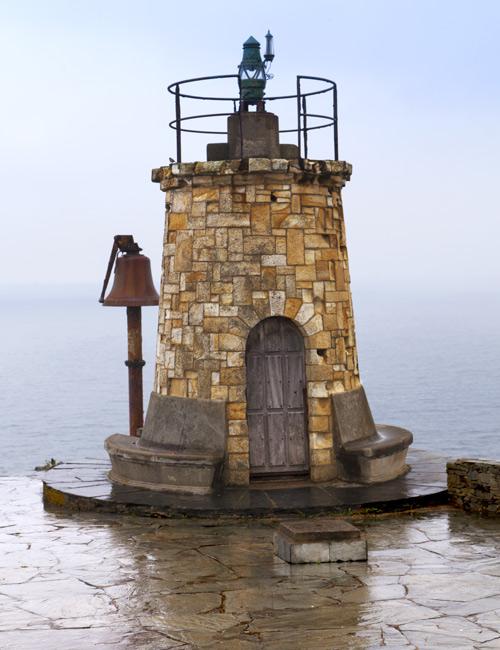 Vieux phare avec cloche à côté
