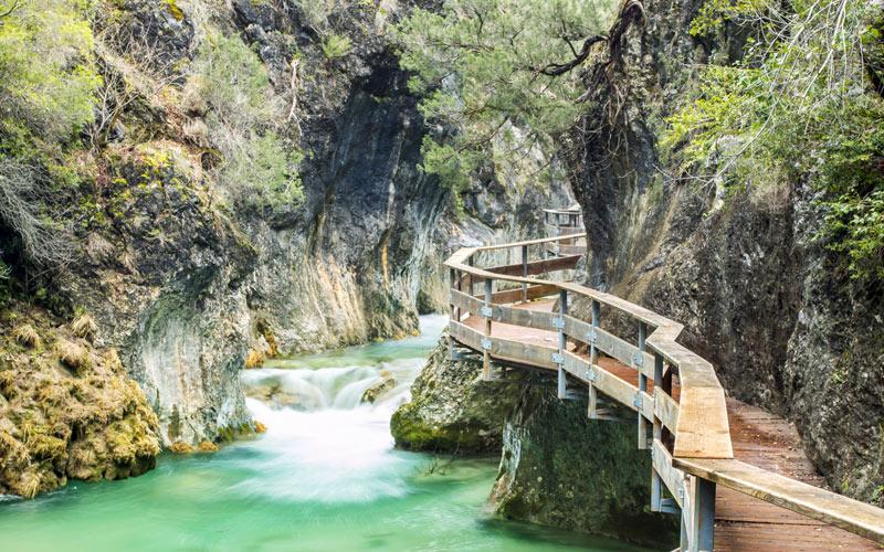 Route sur la rivière Borosa dans les montagnes de Cazorla