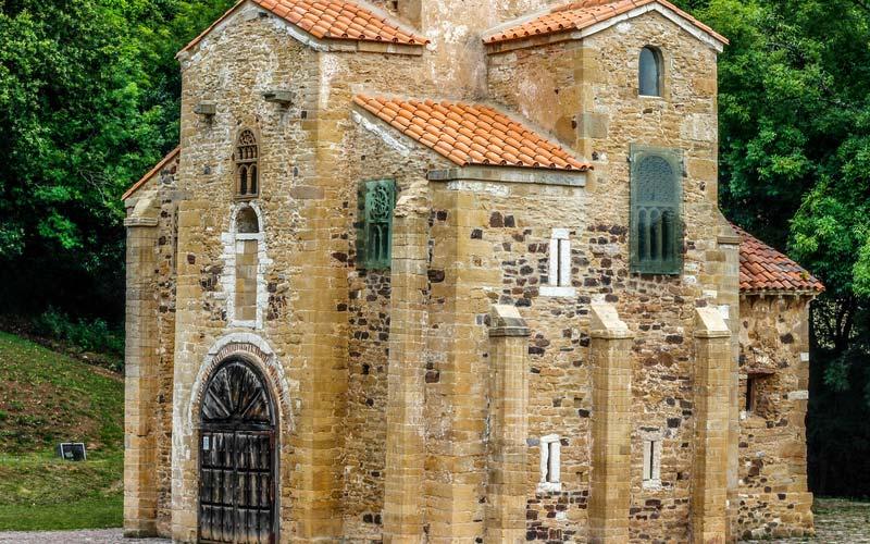 Extérieur de San Miguel de Lillo.