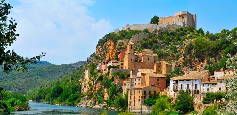 Vue de Miravet et son château au sommet