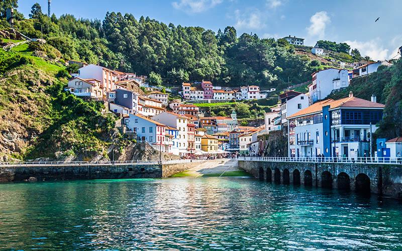 Le village de Cudillero défiant la mer cantabrique