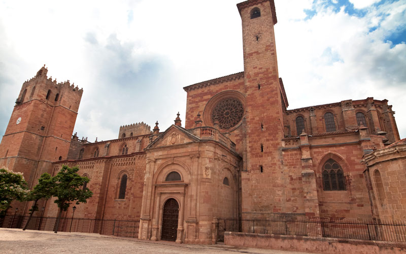 Cathédrale de Sigüenza, de laquelle dépendait l'église Santa Coloma d'Albendiego