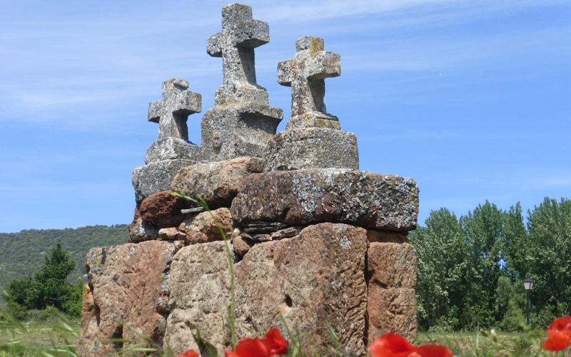 Croix de calvaire sur le sentier qui mène à l'église de Santa Coloma d'Albendiego