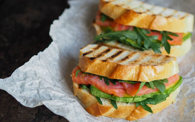 Sandwich d'avocat et saumon