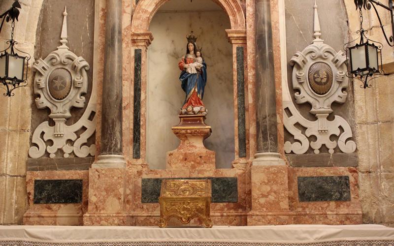 L'une des chapelles des Grottes Sacrées