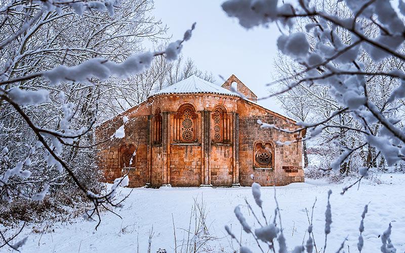 L'église Santa Coloma à Albendiego en hiver