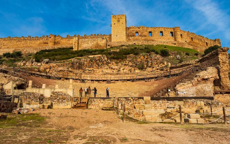 Théâtre romain de Medellín avec le château au sommet