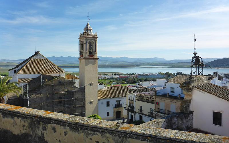 Vue du haut du palais où l'on peut voir le réservoir et la tour de l'église