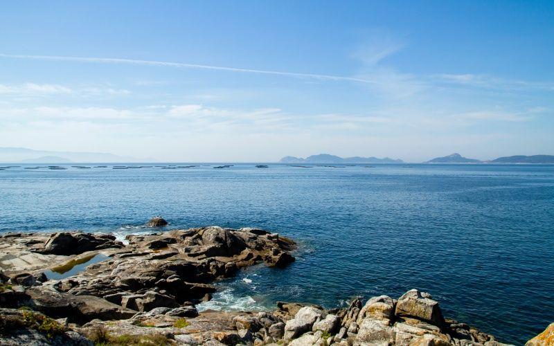 Vue des îles Cíes depuis la Costa da Vela