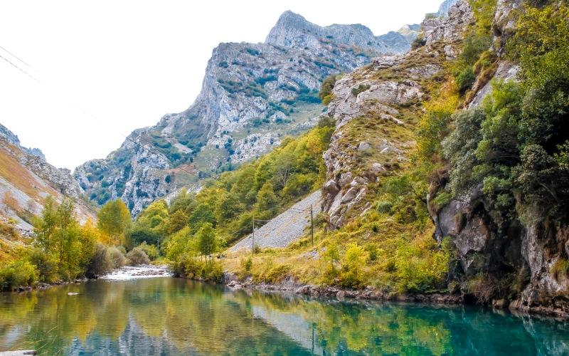 Lac dans la vallée de Quirós