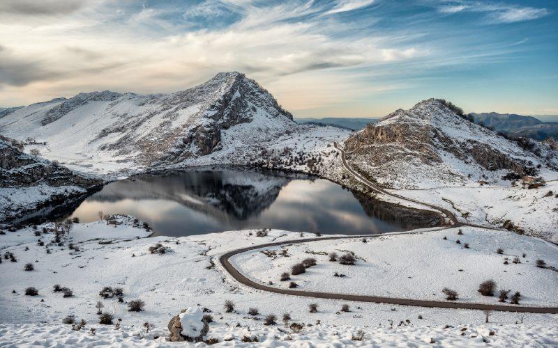 Les lacs Covadonga couverts de neige