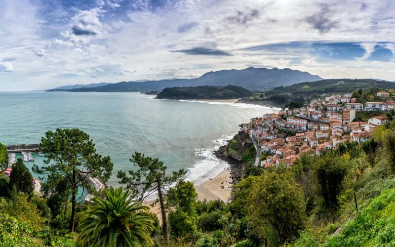 Vue panoramique de Lastres, l'un des villages de pêcheurs les plus populaires des Asturies