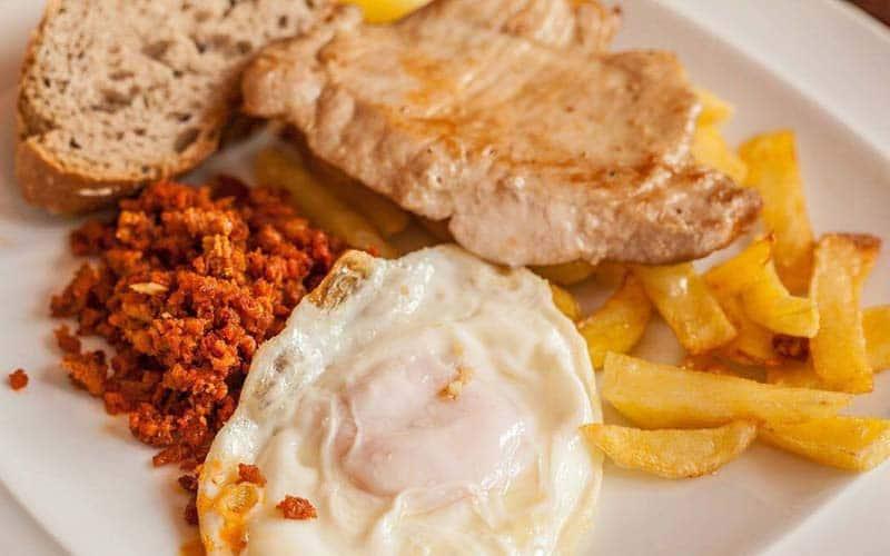 Plato de lomo con patatas y huevo. Foto: Facebook La Tenada
