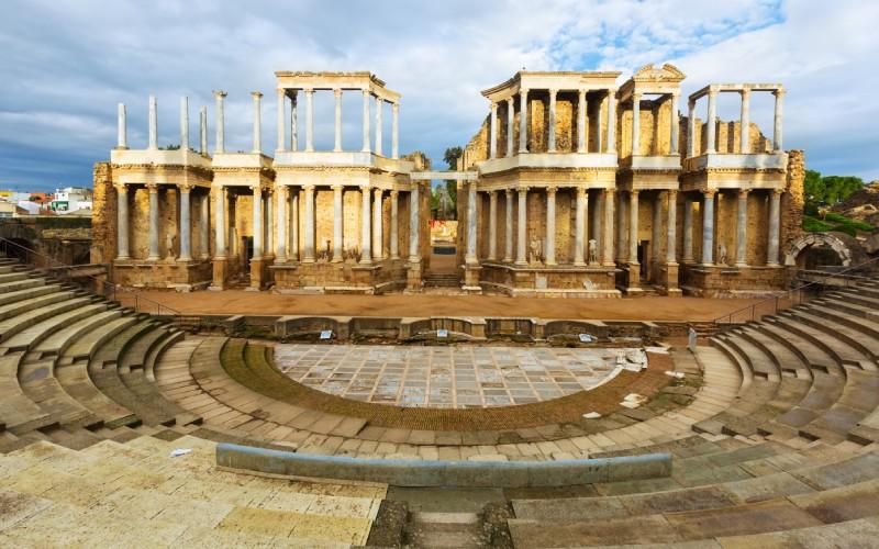 Vue proche du mur de l'impressionnant théâtre romain de Mérida