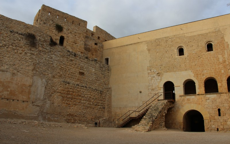 Place d'armes du château de Miravet