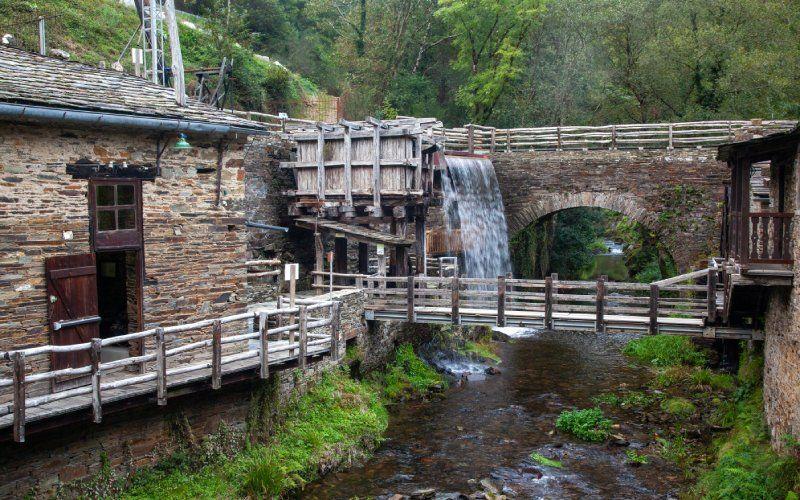 Moulin à eau activé par la force d'une belle chute d'eau